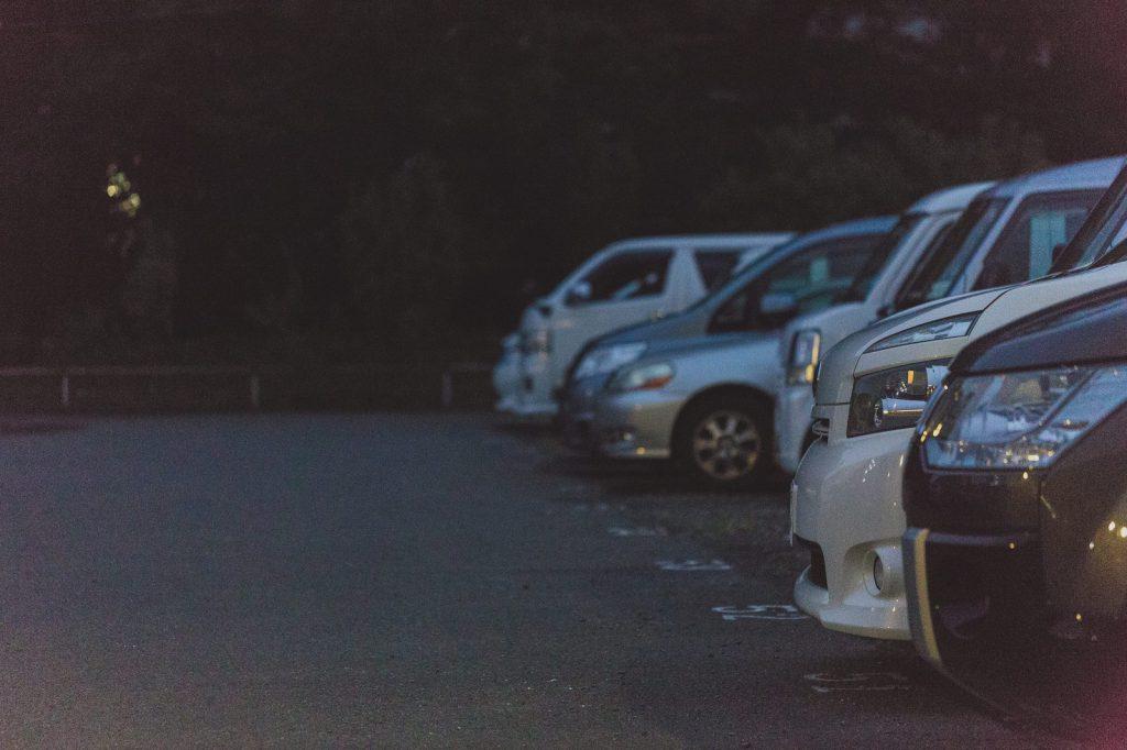 暗い駐車場